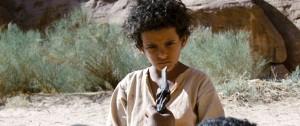 THEEB_46_Jacir Eid as Theeb, Hassan Mutlag as Stranger_Gunpoint